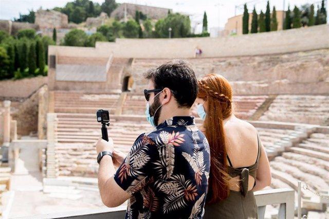 Dos jóvenes visitan el Teatro Romano de Cartagena