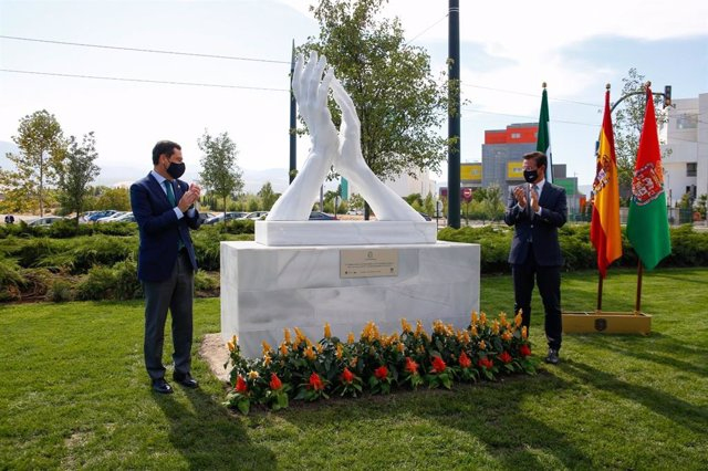 Inauguración en Granada de la escultura-homenaje a los trabajadores de la sanidad y de todos los sectores esenciales en Andalucía durante la pandemia del coronavirus