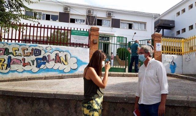 El diputado de Unidas por Extremadura, Joaquín Macías, visita el colegio Gabriel y Galán.