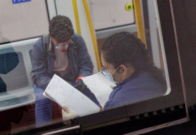 Pasajeros en un vagón de Metro de Madrid.