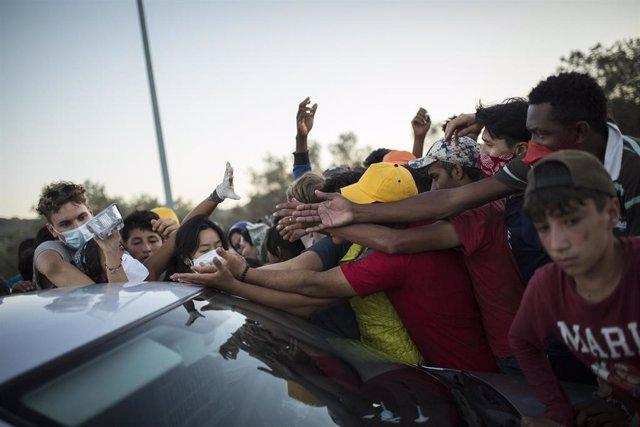 Migrantes se agolpan para recibir comida
