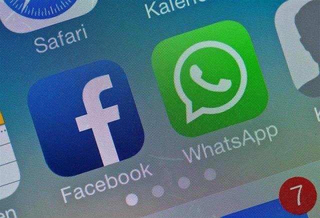 Logo de WhatsApp y Facebook en un móvil
