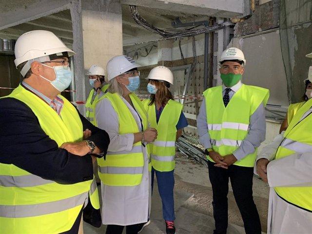 El consejero de la Presidencia, Administración Pública e Interior de la Junta de Andalucía, Elías Bendodo, visita en Hospital Regional de Málaga