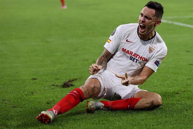 Lucas Ocampos celebrando un gol con el Sevilla