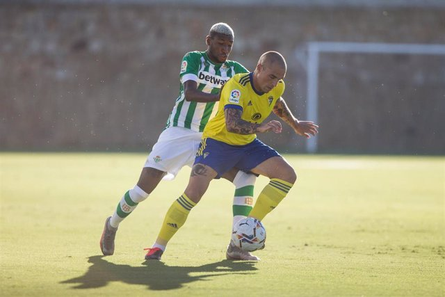 Pombo pugna con Emerson en un amistoso de pretemporada entre el Cádiz y el Betis