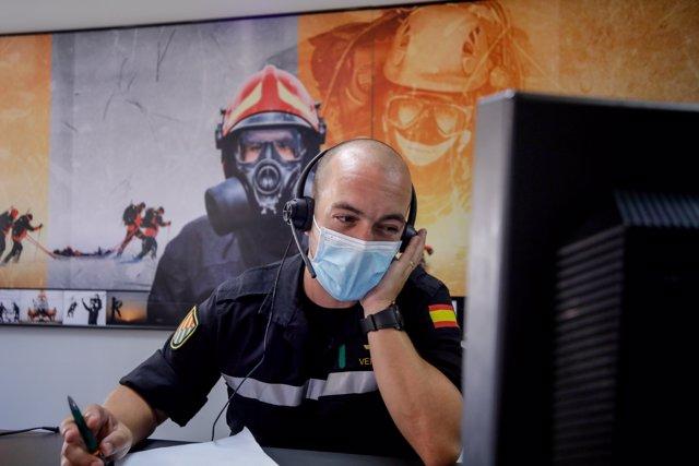 Un militar de la UME trabaja en su puesto el mismo día de la presentación de la 'Operación Baluarte', en la Base Aérea de Torrejón de Ardoz.