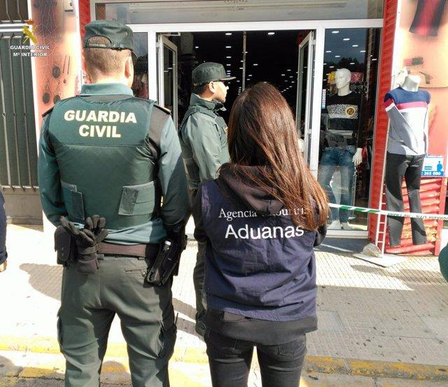Guardia Civil y Agencia Tributaria intervienen en La Jonquera (Girona) más de 14.000 falsificaciones de marcas de lujo
