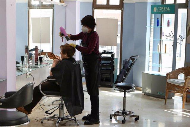 Maite Valero, propietaria de un salón de peluquería en Paterna, Valencia