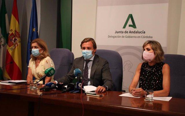 El delegado del Gobierno andaluz, Antonio Repullo, junto a la delegada de Educación, Inmaculada Troncoso (dcha.), y de Salud, María Jesús Botella, en rueda de prensa