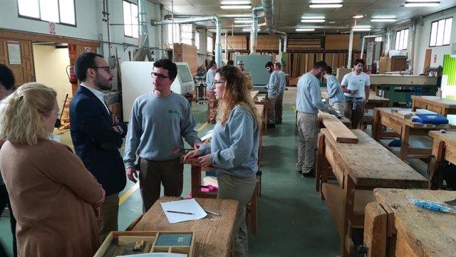 El delegado de Empleo, Ángel Herrador, visita la Escuela de Madera en una imagen de archivo