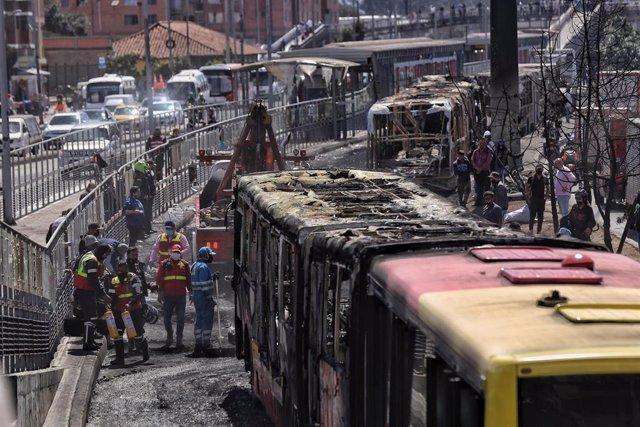 Autobuses incendiados durante los disturbios en Bogotá