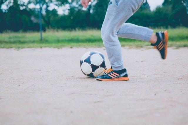 Algunas prácticas deportivas, como el fútbol o la danza, pueden poner en riesgo los pies y la salud de los niños.