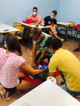 Alumnos, durante un curso de primeros auxilios de Cruz Roja