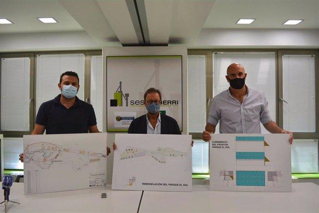 El viceconsejero de Vivienda del Gobierno Vasco, Pedro Jáuregui, y el alcalde de Sestao, Josu Bergara, en la presentación de las dos nuevas actuaciones urbanísticas en el municipio vizcaíno