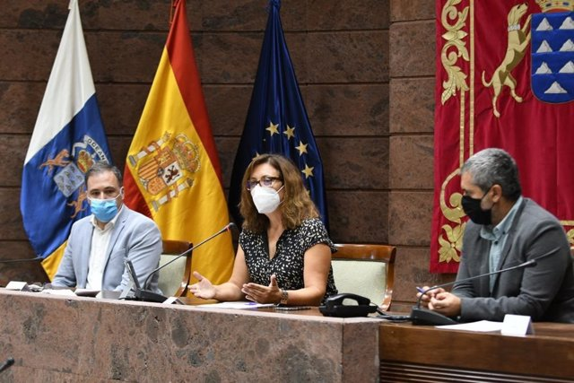 La diputada del Grupo Socialista, Ventura del Carmen, presidenta de la comisión de estudio sobre la UE en el Parlamento de Canarias junto a Carlos Ester (PP) y Jesús Ramos (ASG)