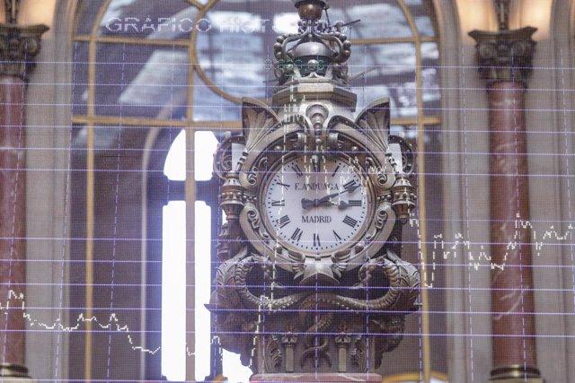 Un reloj colocado en la Bolsa de Madrid (España), a 11 de septiembre de 2020. El Ibex 35 descendía un 0,95% en la media sesión de este viernes, lo que llevaba al selectivo a situarse en los 6.932,7 enteros a las 12.05 horas, un día después de la reunión d
