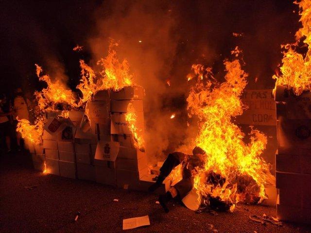 Cremen un ninots amb la imatge doble de Felipe V i Felipe VI en un acte dels CDR per la Diada l'11/9/2020 a Barcelona