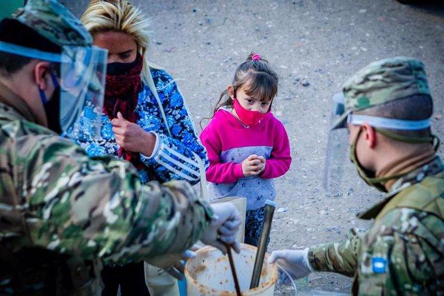 Miembros del Ejército de Argentina distribuyen alimentos a personas en situación de vulnerabilidad en Buenos Aires.