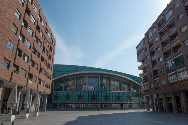 La Plaza de Felipe II vacía, con el estadio Wizink Center al fondo, el primer día de entrada en vigor del Estado de Alarma, en Madrid (España) a 15 de marzo de 2020.