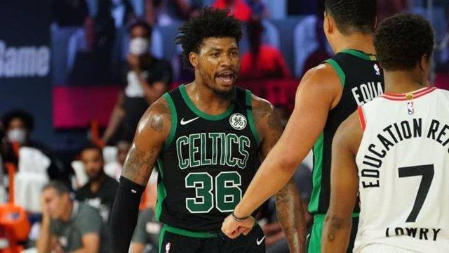 Marcus Smart celebra una canasta en el Raptors-Celtics