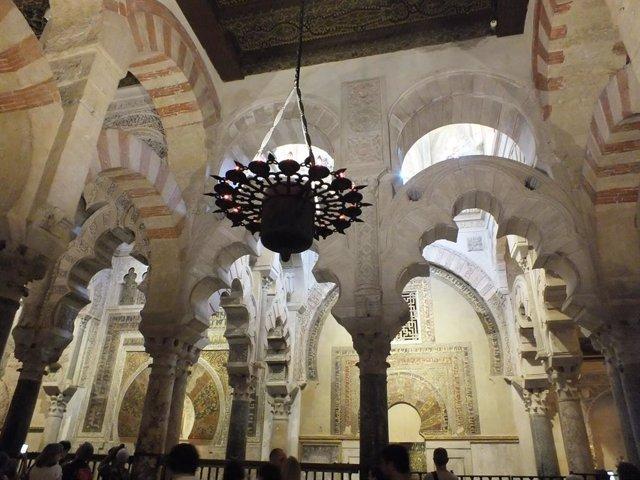 Iluminación en el interior de la Mezquita-Catedral de Córdoba.