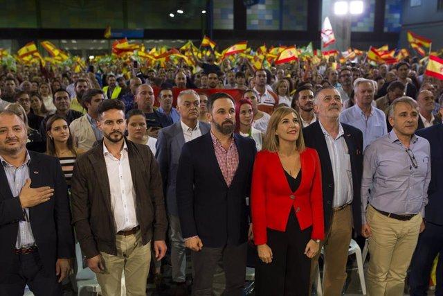 El presidente de Vox, Santiago Abascal (4d), participa en un acto público en el Palacio de Ferias y Congresos de Málaga (Andalucía, España), a 22 de octubre de 2019.