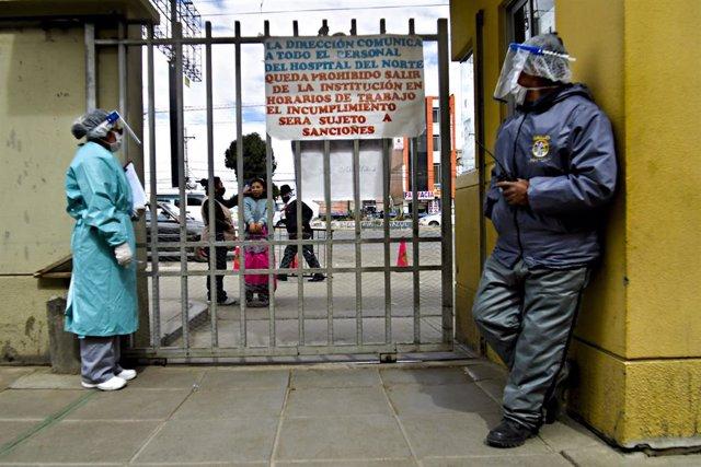 Una de las entradas de un hospital en la ciudad de El Alto, Bolivia, durante la crisis sanitaria de la COVID-19.