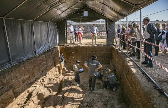 Treballs d'exhumació de la fossa comuna de Bec Reixa, una de les majors fosses del franquisme, situada en el cementiri de Sant Fernando. A Sevilla (Andalusia, Espanya), a 17 de juny de 2020.