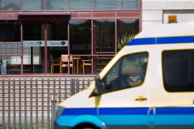 Una ambulancia aparcada en las inmediaciones de la residencia de mayores DomusVi de Outeiro de Rei en Lugo