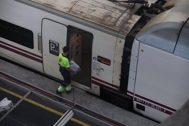 Un trabajador entra en un tren de Renfe