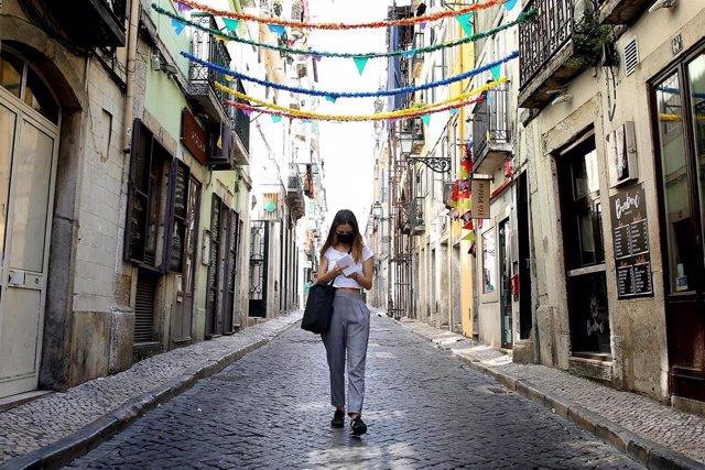 Una mujer con mascarilla en Lisboa