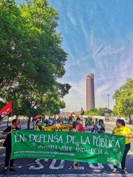 Imagen de la manifestación convocada este sábado en Sevilla, que ha arrancado en la Consejería de Educación y ha concluido ante el Palacio de San Telmo.