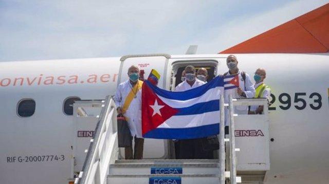 Médicos cubanos a su llegada a Venezuela para ayudar a combatir la COVID-19 causada por el coronavirus