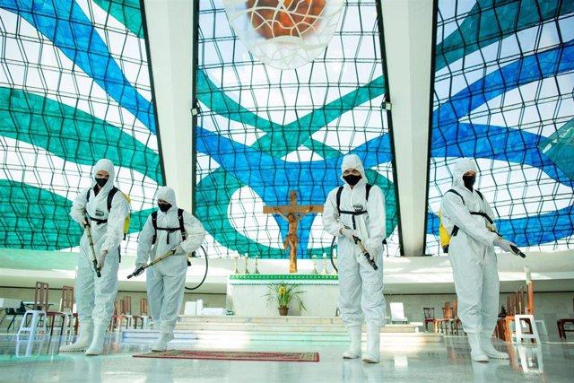 Militares del Ejército de Brasil en medio de las labores de desinfección de una catedral de Brasilia.