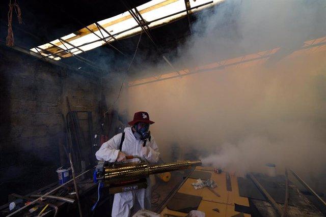 Labores de desinfección de un barrio de Ciudad de México.