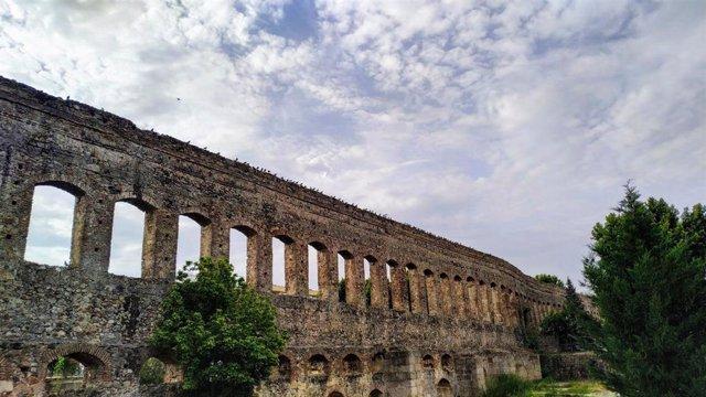 Acueducto de San Lázaro de Mérida un día con nubes