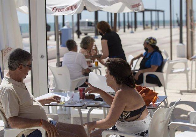 Un bar del paseo marítimo de Matalascañas en una imagen de archivo.
