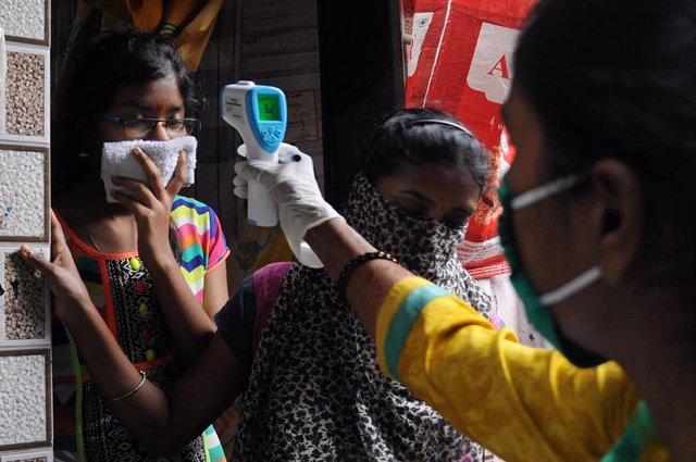 Toma de temperatura en India durante la pandemia de coronavirus