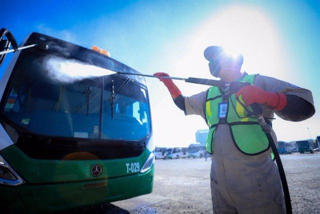 Limpieza de autobús en una imagen de archivo