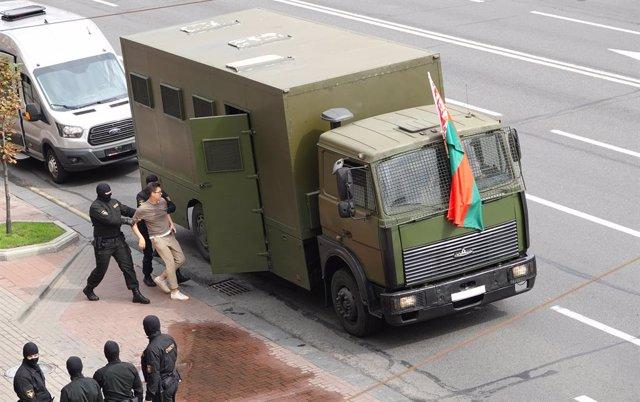 Un detingut durant les protestes contra Alexander Lukashenko a Minsk en una foto d'arxiu