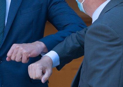 La OMS recuerda su recomendación de evitar saludar con el codo porque no se guarda la distancia