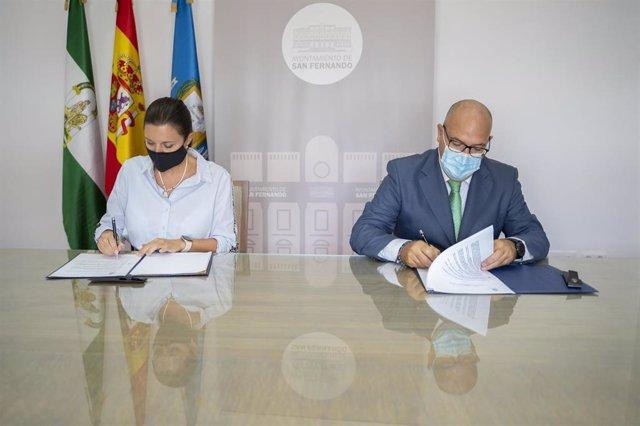 La alcaldesa de San Fernando, Patricia Cavada, y el presidente del Consejo local de Hermandades y Cofradías de San Fernando, Manuel Antonio García, durante la firma del convenio de colaboración.