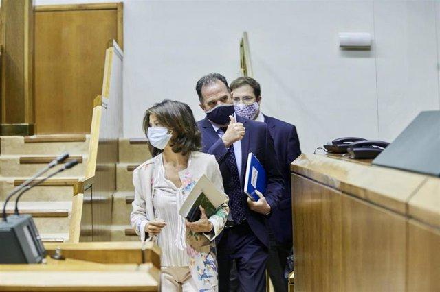 La oarlamentaria de PP-Cs Laura Garrido, junto al presidente del grupo, Carlos Iturgaiz