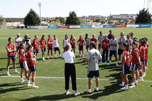 Virginia Torrecilla junto a Jorge Vilda y las internacionales de la selección