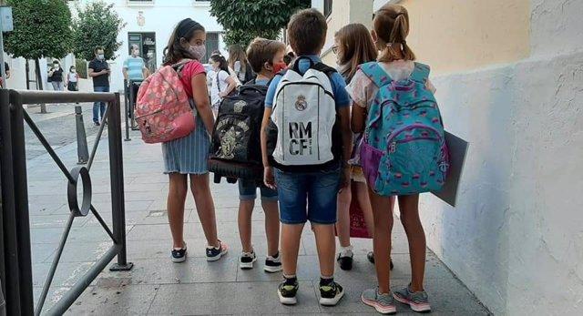 Escolares en la puerta de un colegio de Mérida.