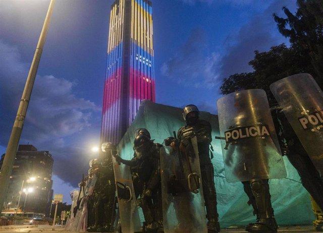 Agentes de la Policía de Colombia en una manifestación feminista en el centro de Bogotá por la supuesta violación que sufrieron tres mujeres a manos de agentes del Comando de Acción Inmediata (CAI) durante la jornada de protestas por la violencia policial