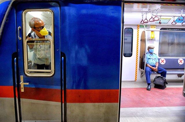 India.- India vuelve a superar la barrera de los 90.000 casos diarios y se acerc