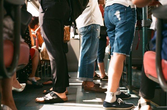 Piernas, metro, pantalón corto, estar de pie