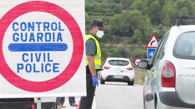 Control de la Guardia Civil en el acceso a Benigànim desde Genovès en la primera jornada de confinamiento