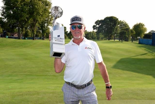 El golfista español Miguel Ángel Jiménez, con el trofeo como ganador del Sandford International del Champions Tour
